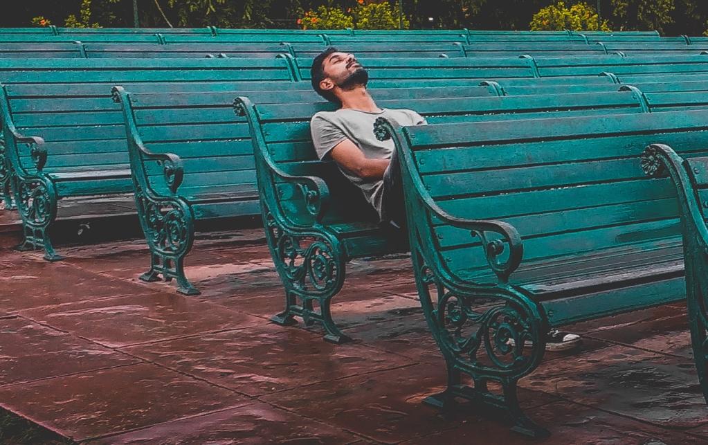 Mann alleine auf der Bank